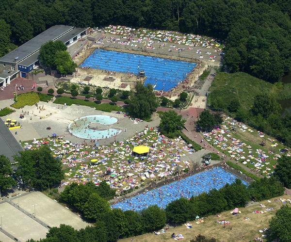 Liesbos zwembad Wolfsaar Drukte bij zwembad Wolfslaar Breda : Breda ...