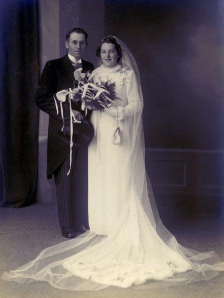 Trouwfoto Huwelijk Getuigen Bruid En Bruidegom Trouwjurk